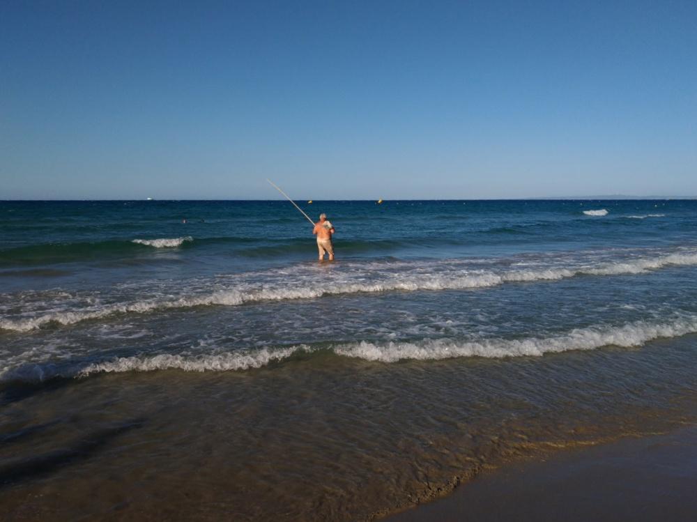 Мужик выгуливает рыбу