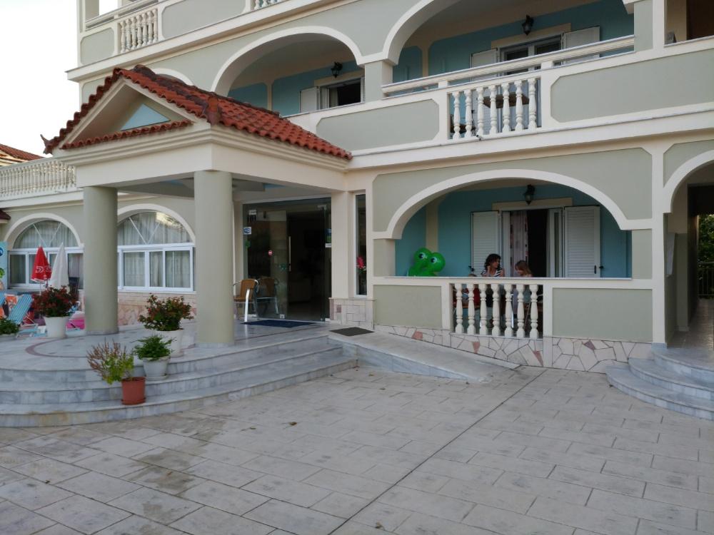 Парадный вход в отель Villa Basil