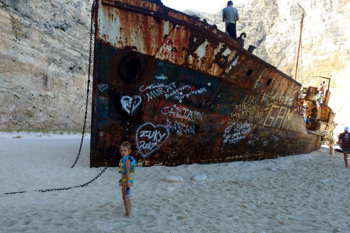 Рядом с кораблём в бухте Навайо