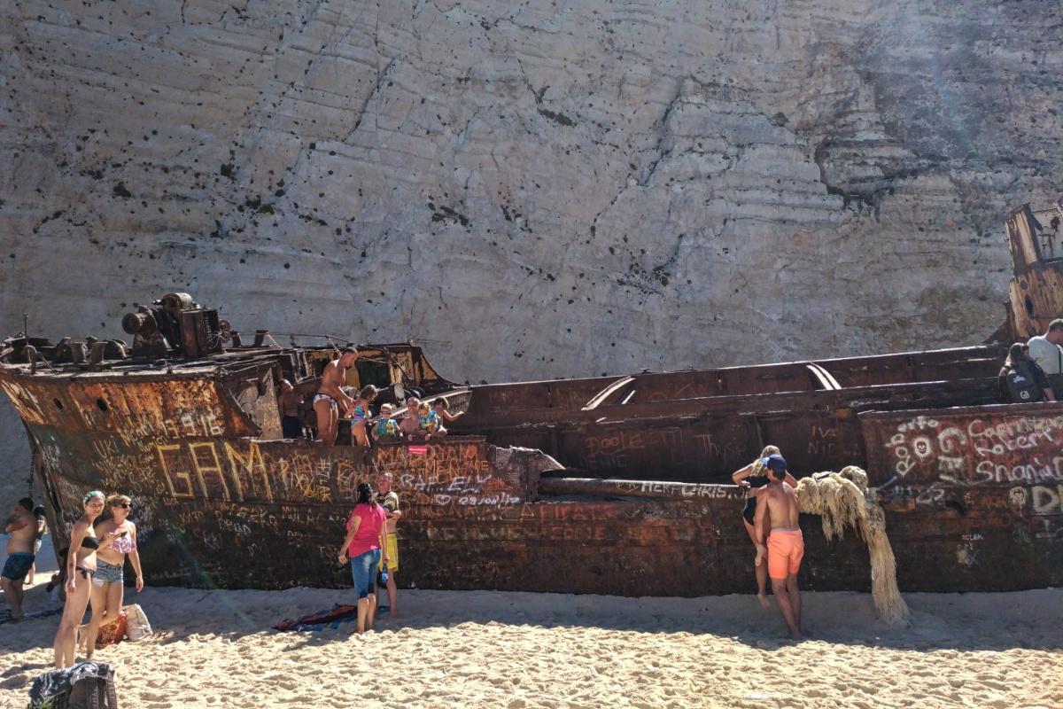 На старом, ржавом корабле в бухте Навайо
