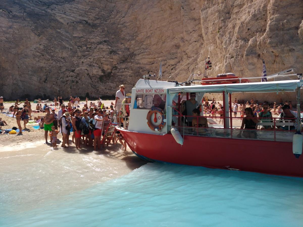 Кораблик приплыл за нами в бухту Навайо