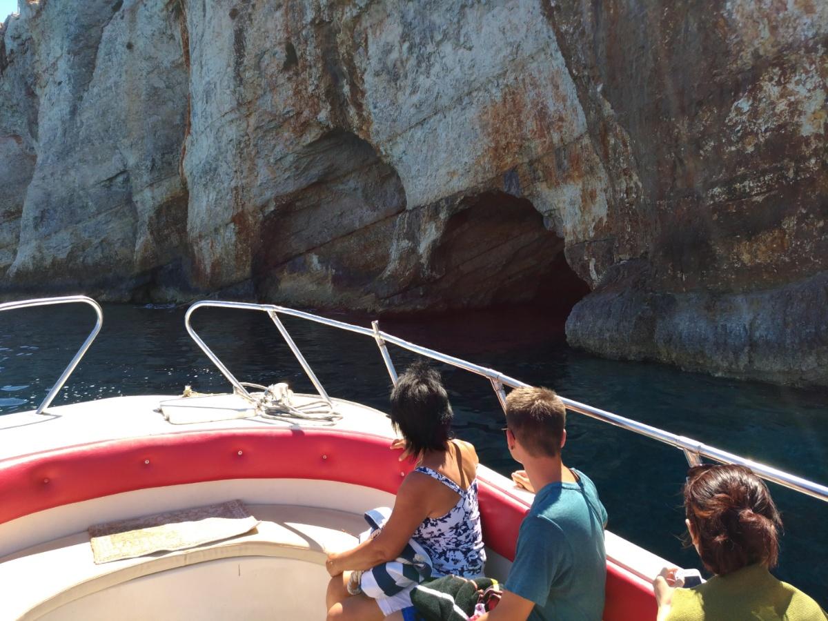 Подплываем к голубым пещерам