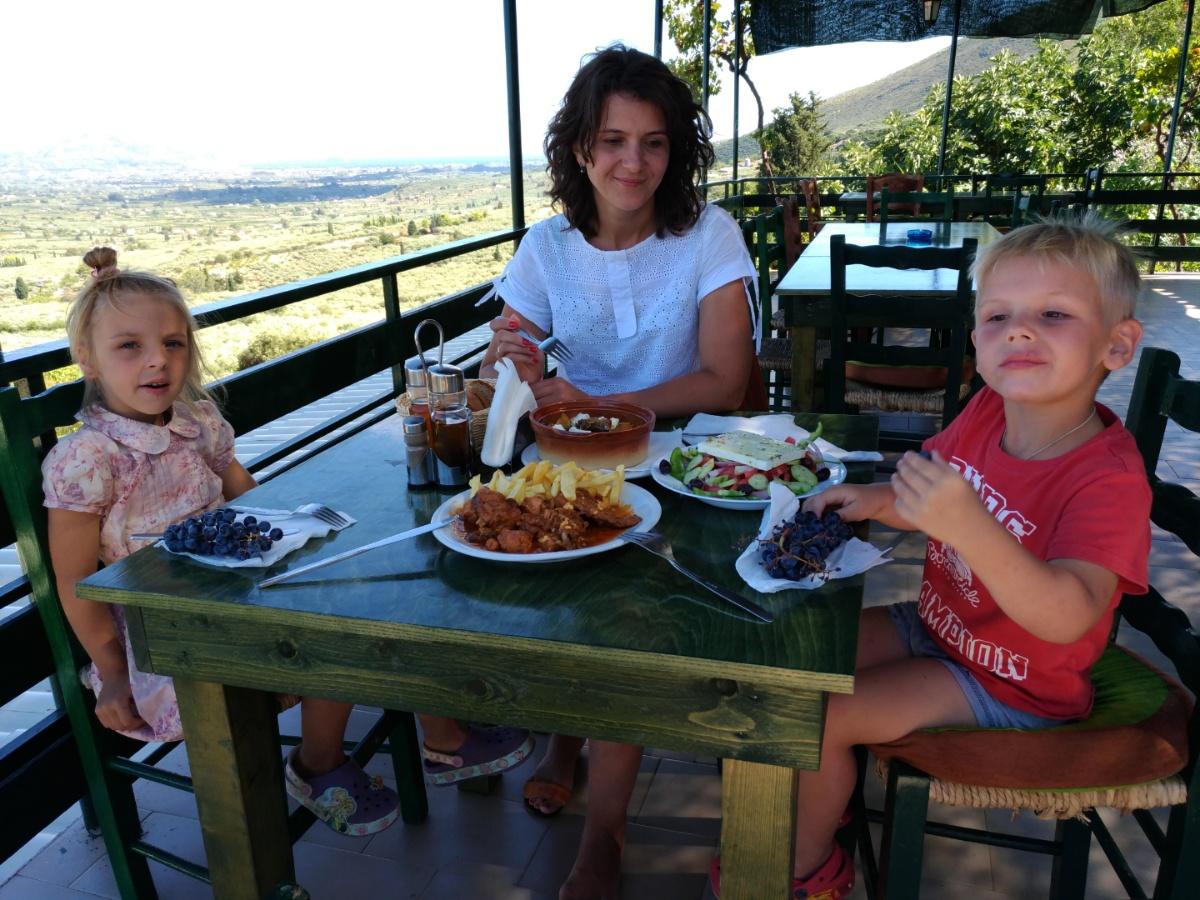 Обедаем в таверне Vrahos