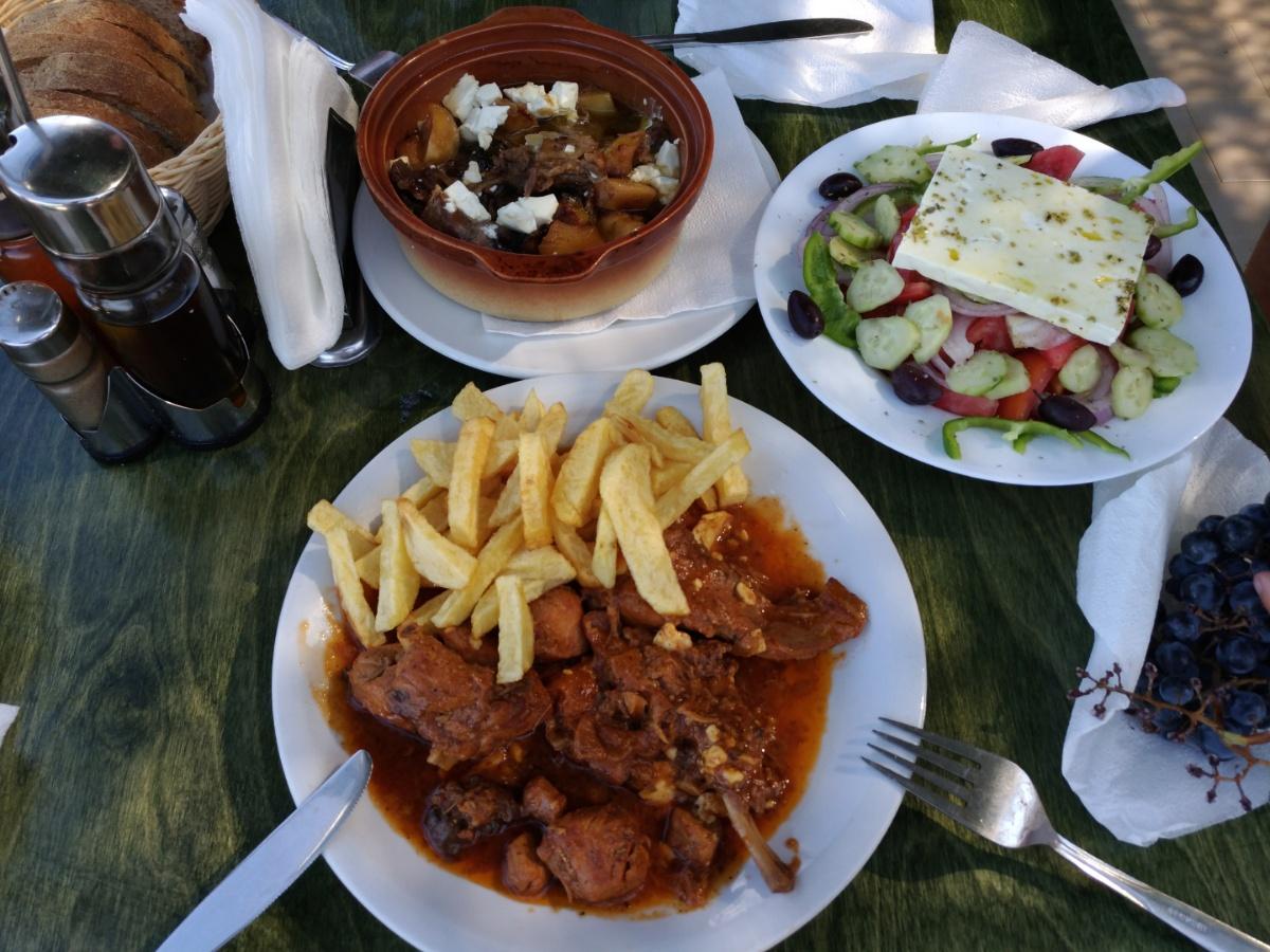 Кролик и салат в таверне Vrahos