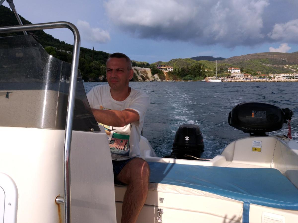 Папа выводит лодку в море
