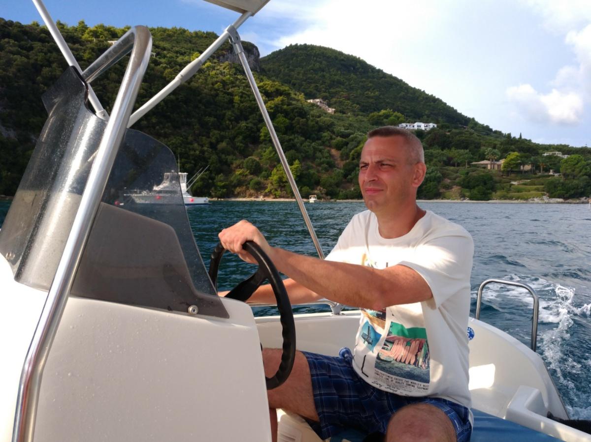 Папа ведёт лодку вдоль побережья Закинфа