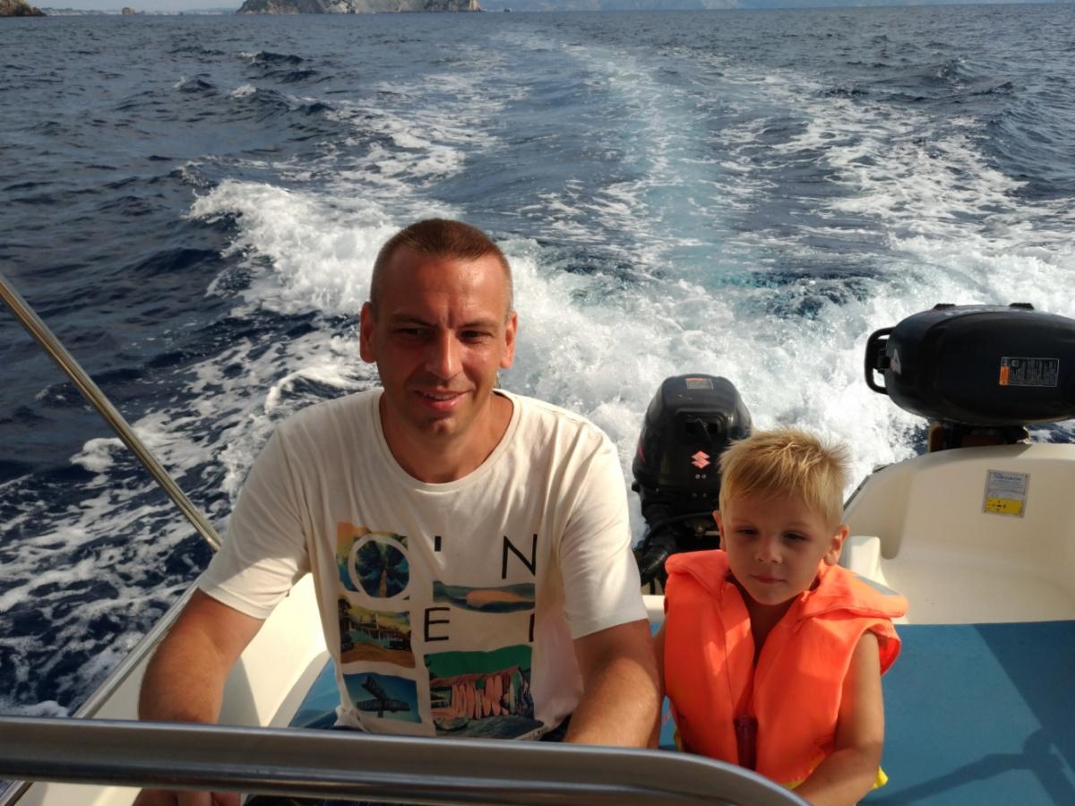 Тёма с папой управляют лодкой в Ионическом море