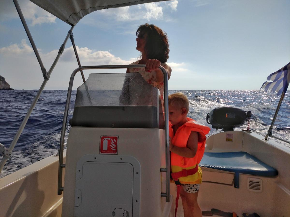 Мама управляет взятой на прокат лодкой
