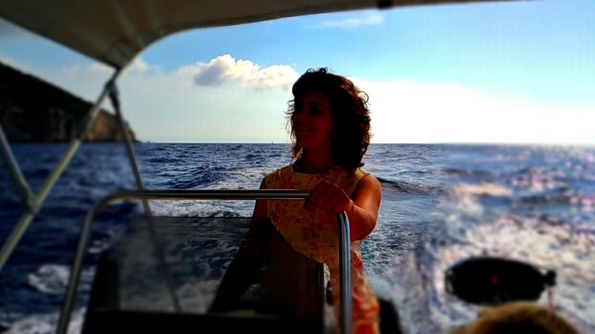 Мама за штурвалом катера в Ионическом море