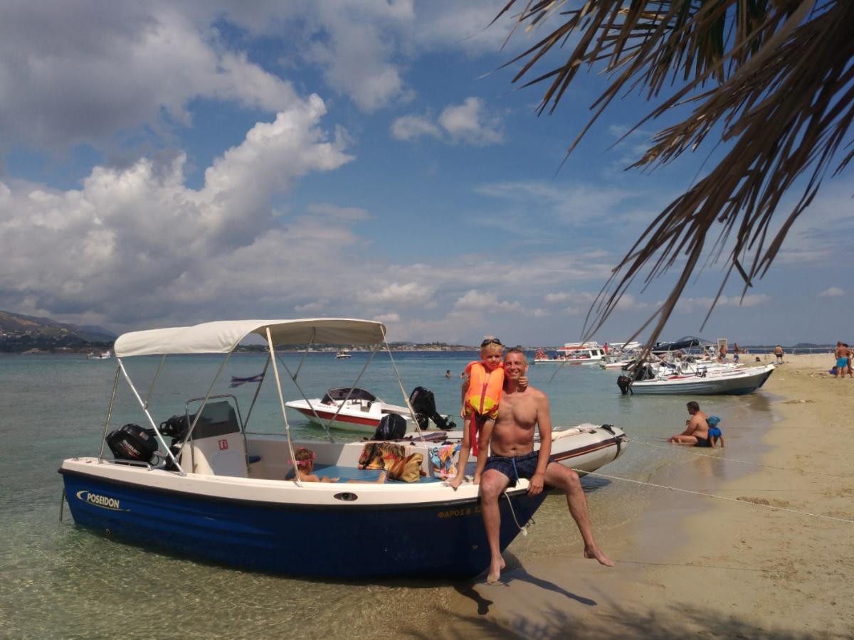 Тёма с папой на лодке на острове Марафониси