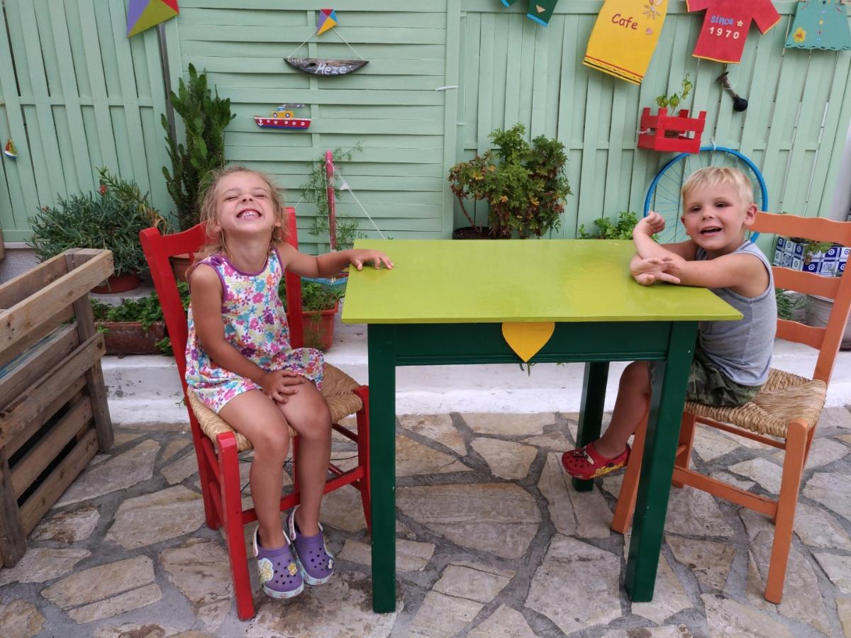 За столиком в кафе-мороженого в Кери