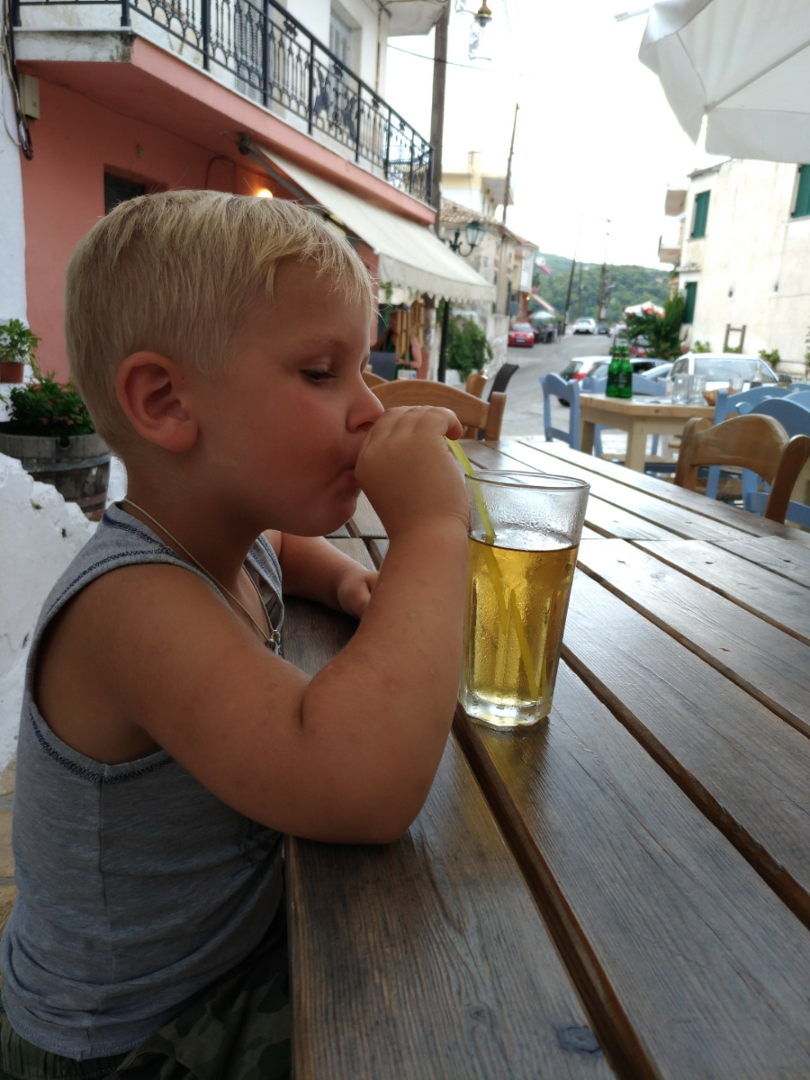 Тёма пьёт сок в таверне Allegro
