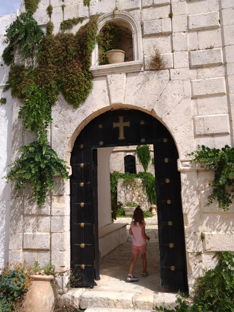 Захожу на территорию монастыря Святого Георгия Кремнона