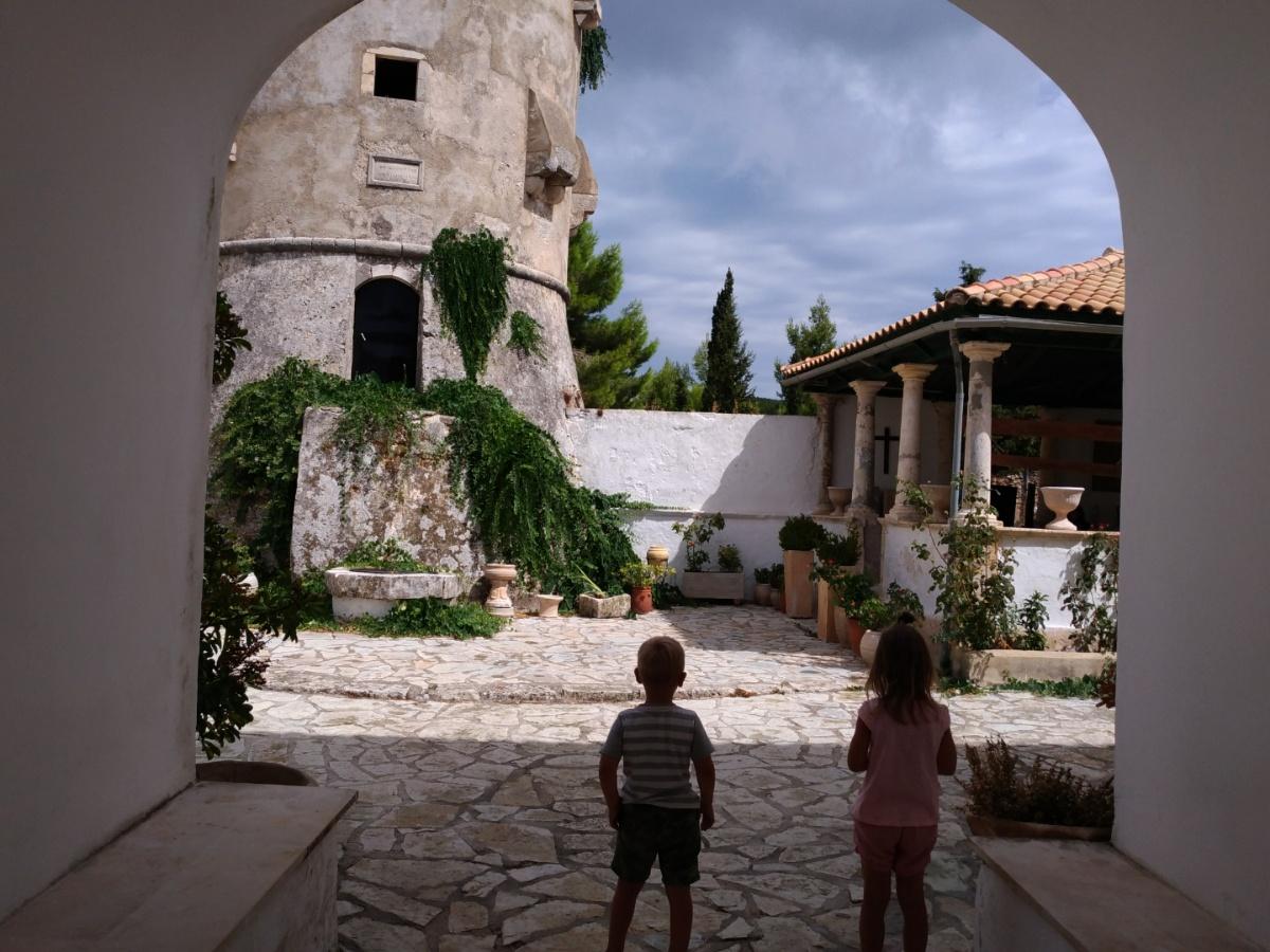Заходим с Тёмой на территорию монастыря Святого Георгия Кремнона