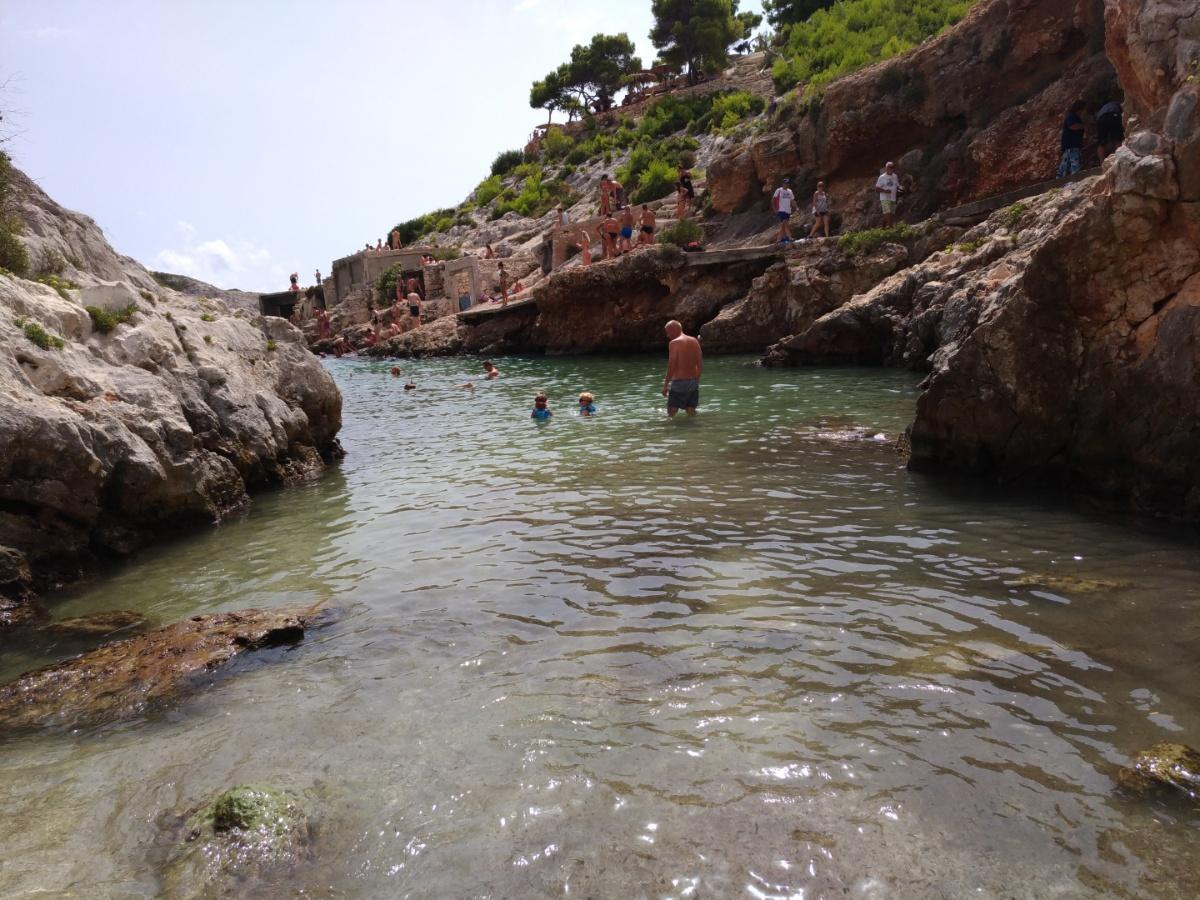 Заход в воду на пляже Porto Limnionas