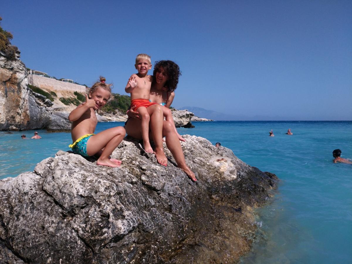 На скале пляжа Xigia