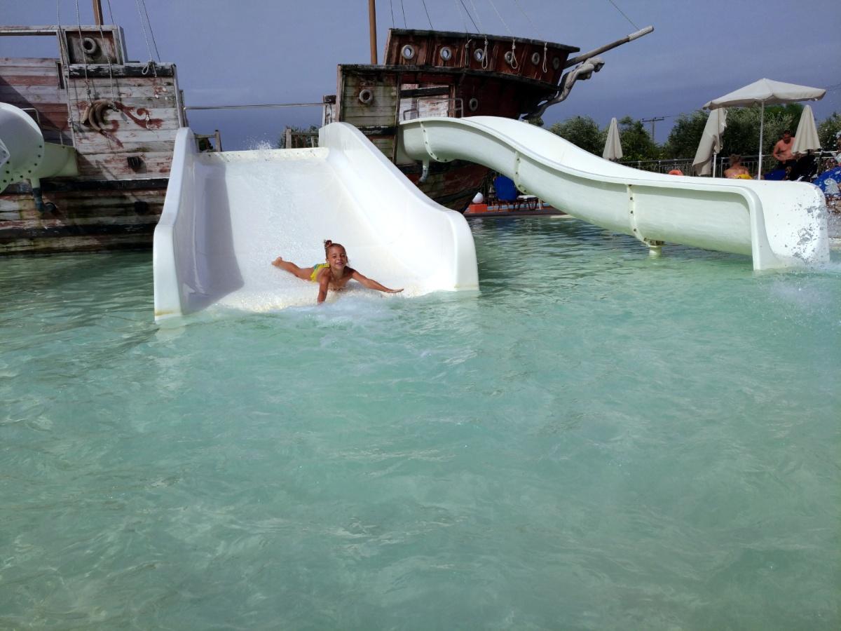 Скатываюсь с горки в аквапарке Tsilivi Water Park