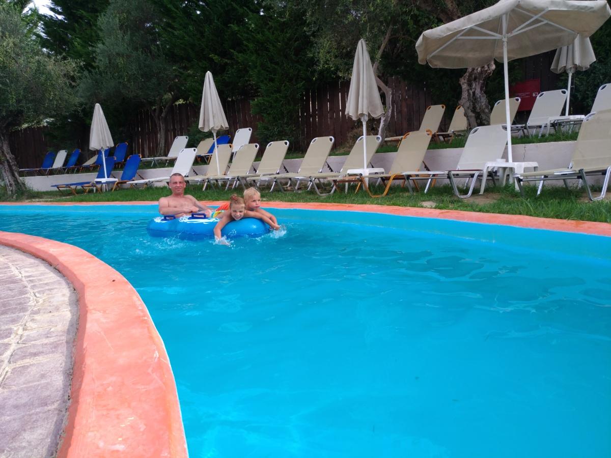 Плывём по ленивой реке в аквапарке Tsilivi Water Park