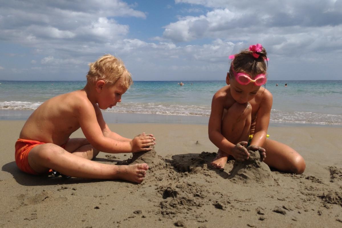 Строим замки из песка на пляже Mavratzi Beach