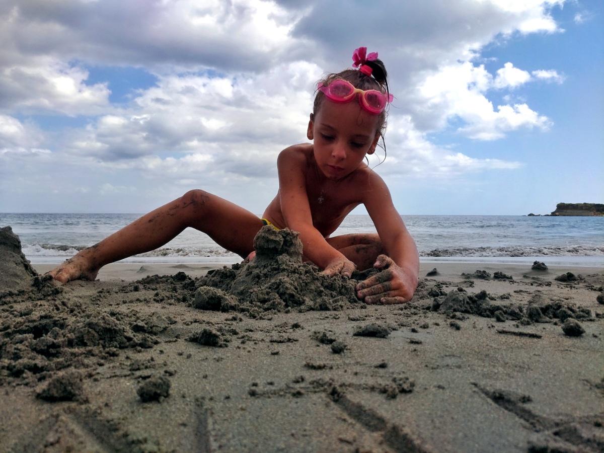 Строительство из песка на плчже Mavratzi Beach