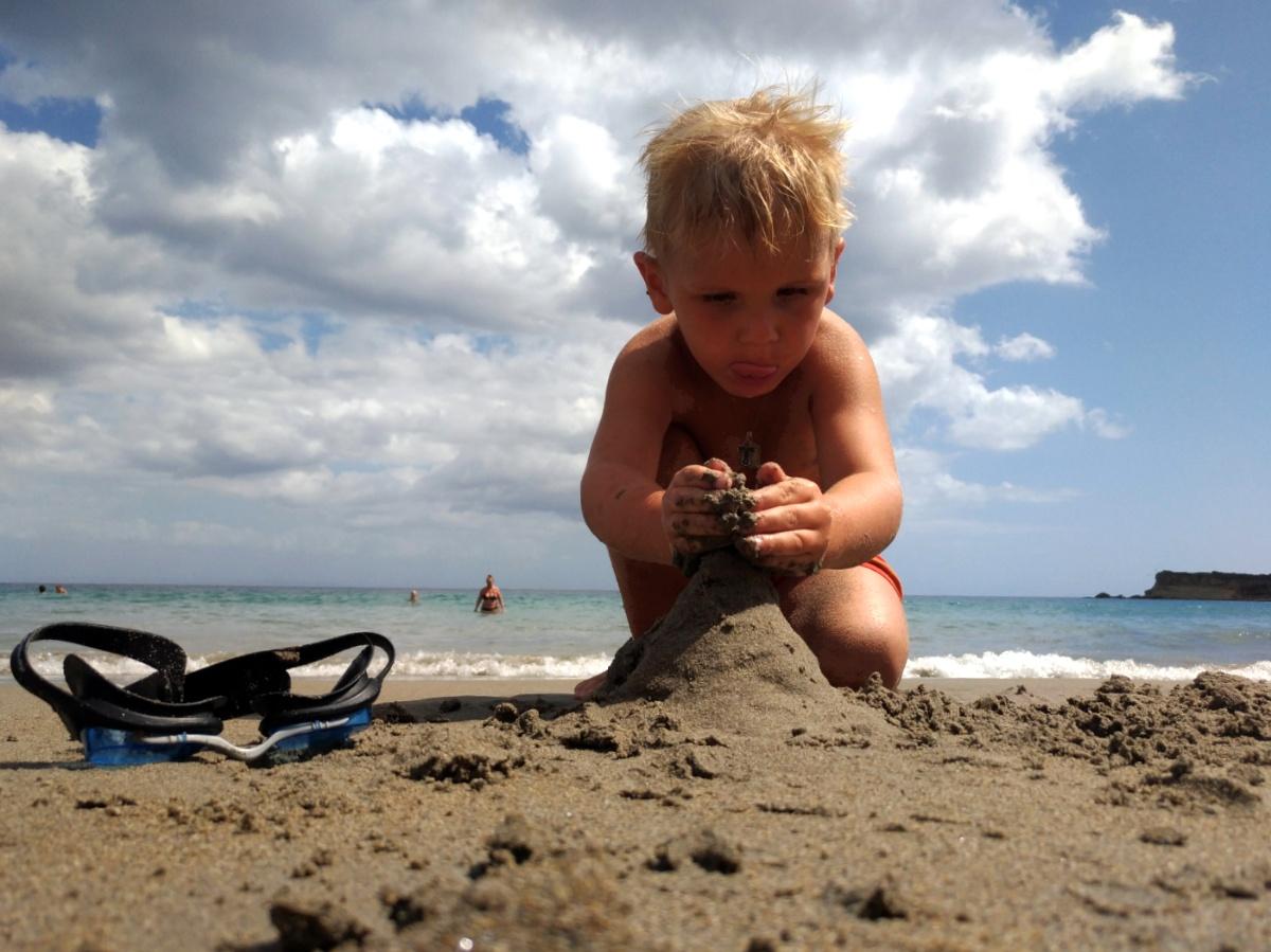 Тёмка строит замок из песка на пляже Mavratzi Beach