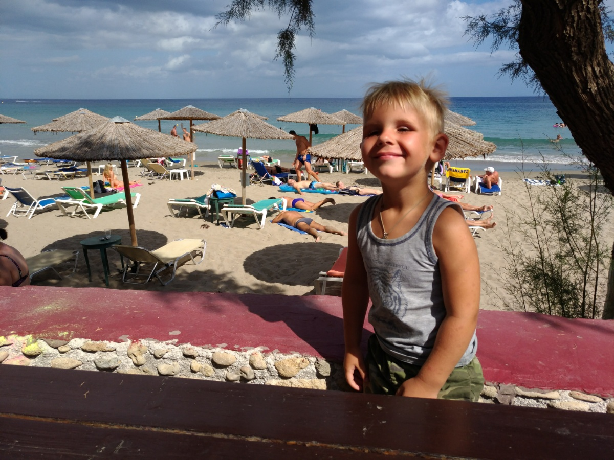 Тёма доволен пляжем Mavratzi Beach