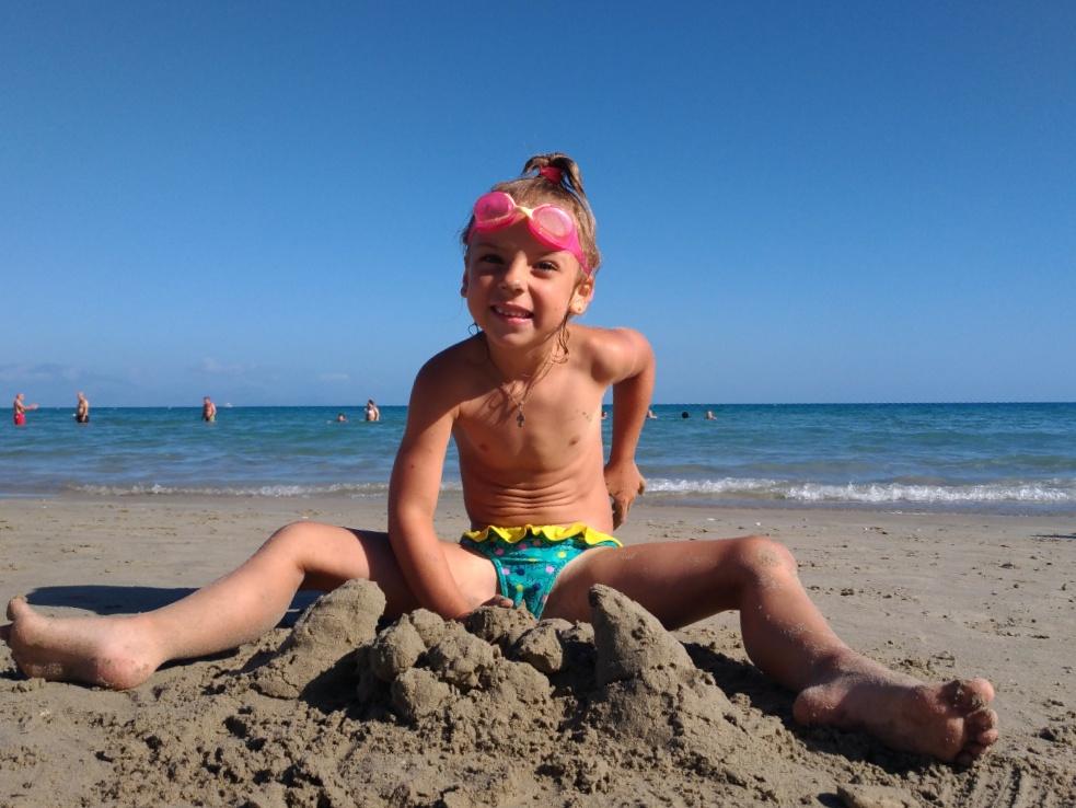 Леплю постройки из песка на пляже Циливи