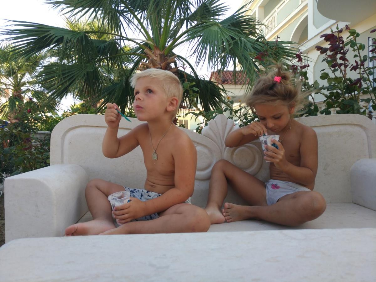 Кушаем мороженое в беседуем отеля Villa Basil