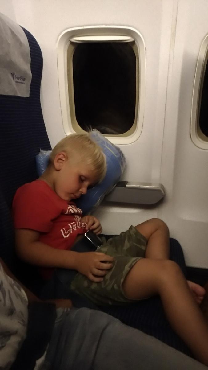 Тёма спит на борту самолёта